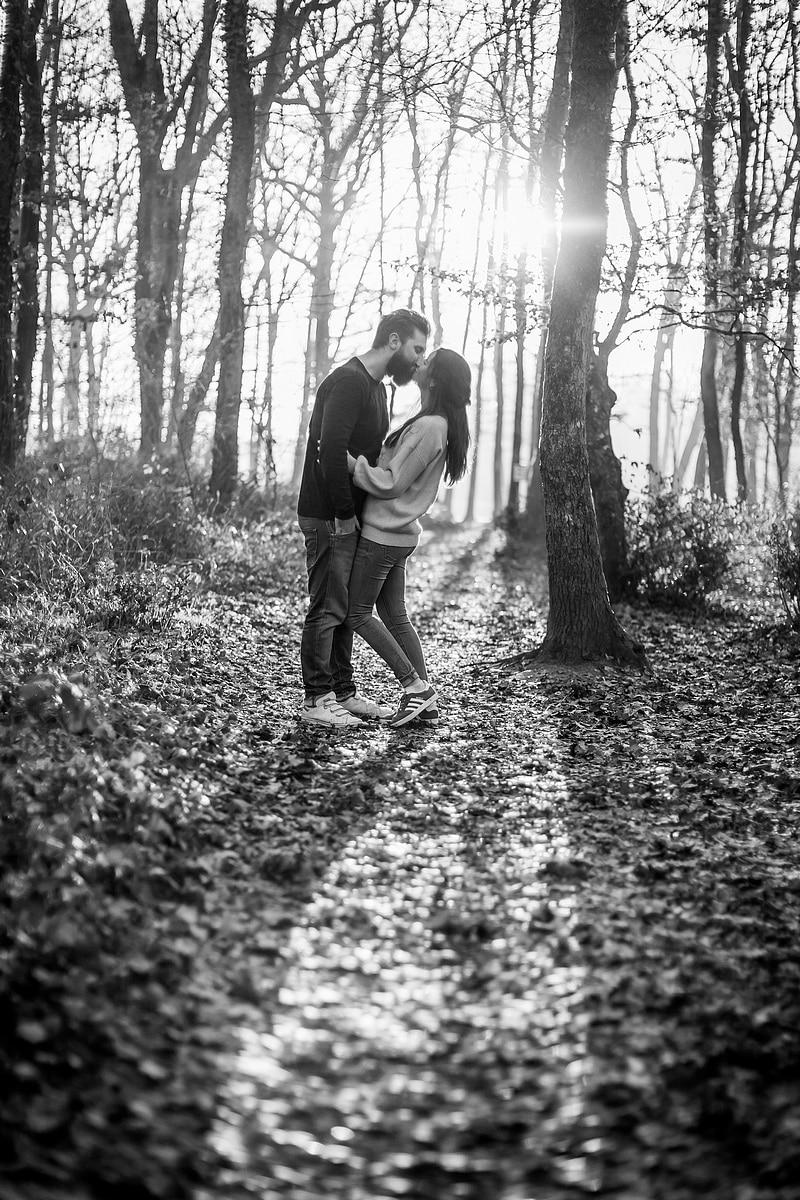 Portrait de couple dans la forêt en contre-jour - Photographe mariage portrait Toulouse