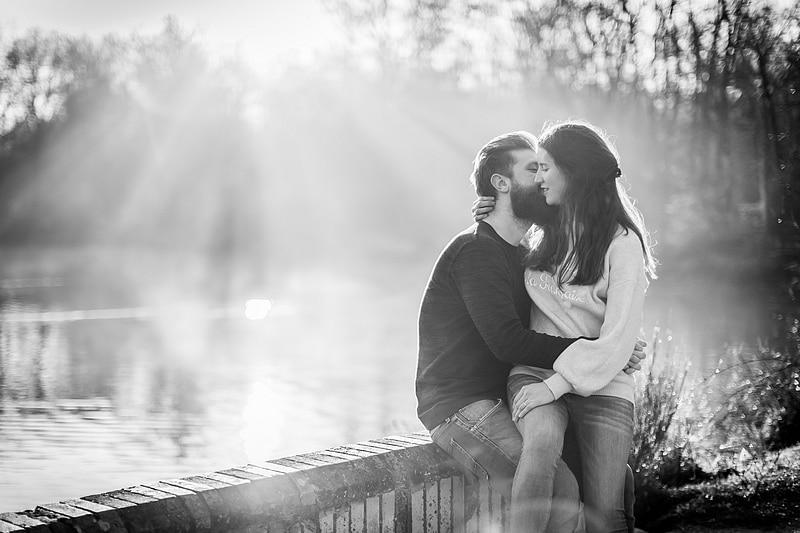 Portrait de couple sous les rayons - Photographe mariage portrait Toulouse