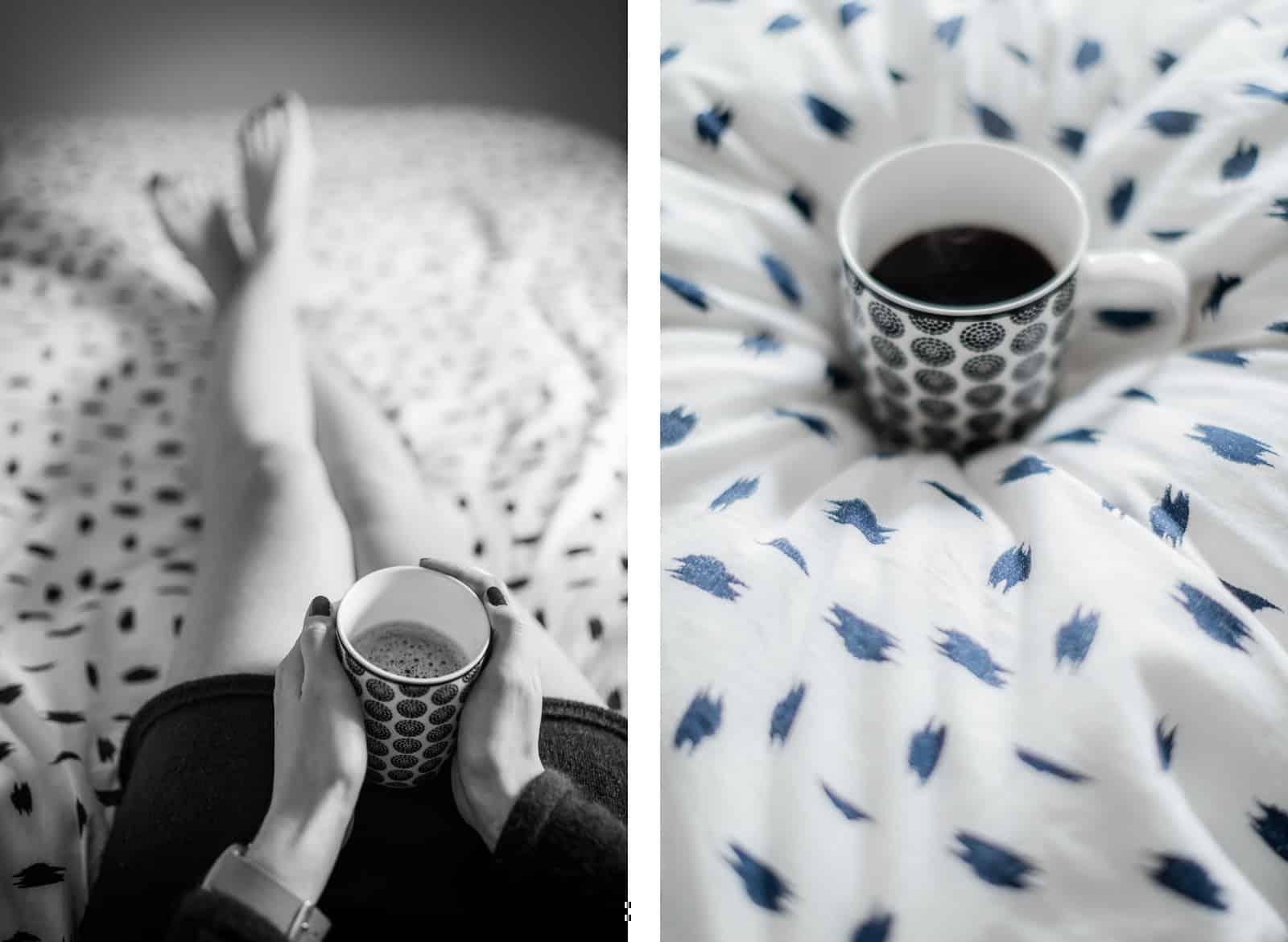 Tasse de café sur un lit