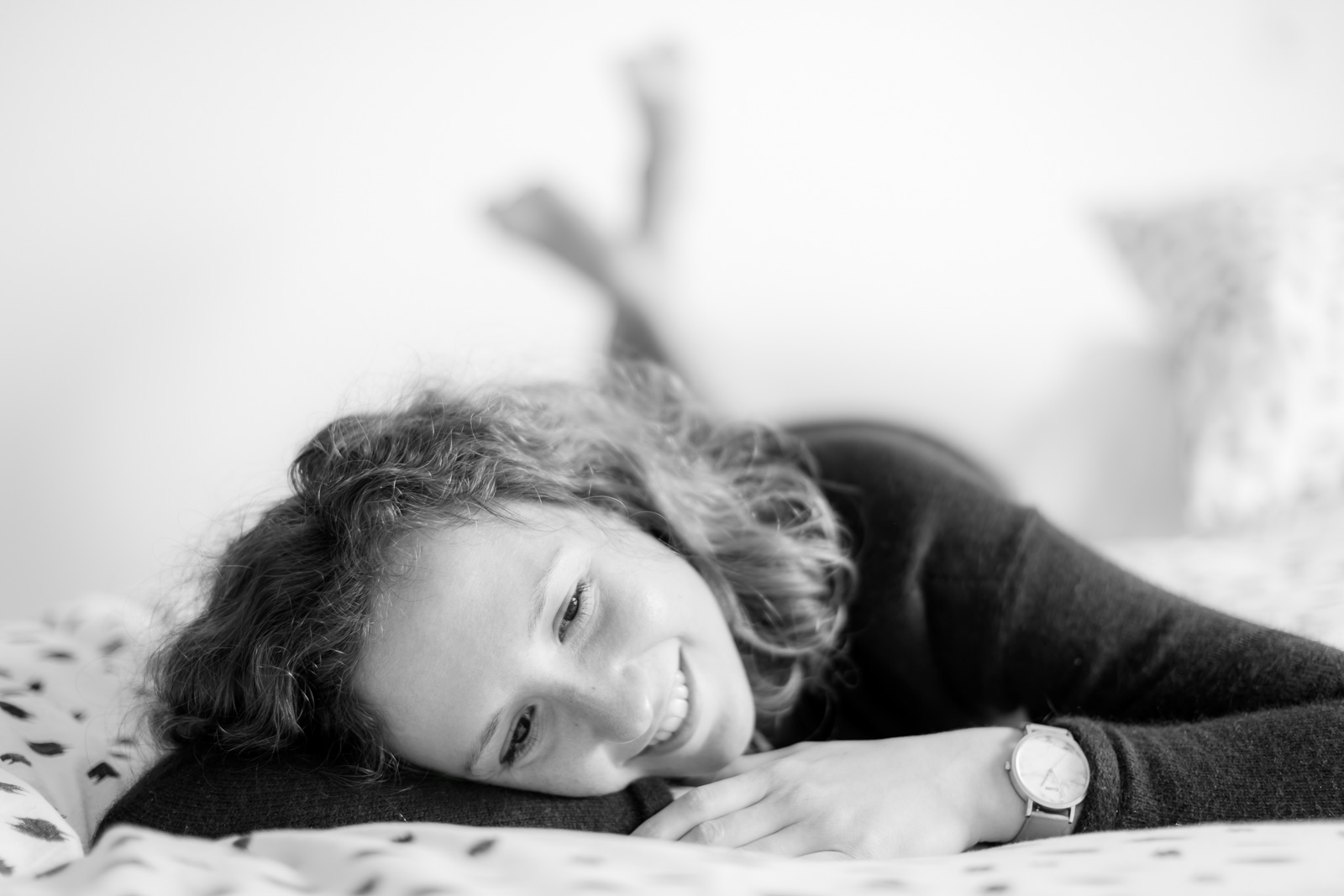 Femme couchée qui sourit