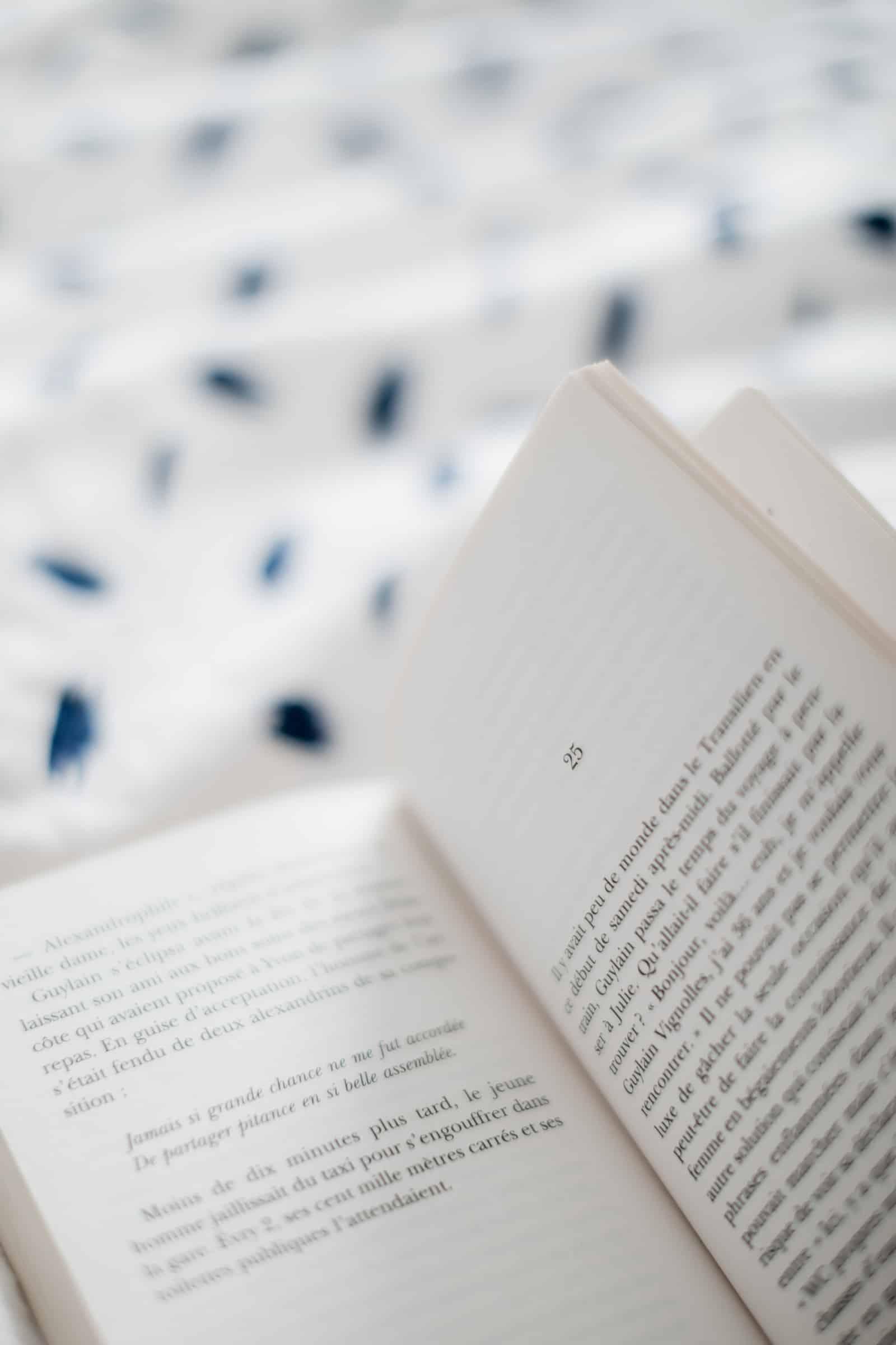Livre ouvert sur le lit