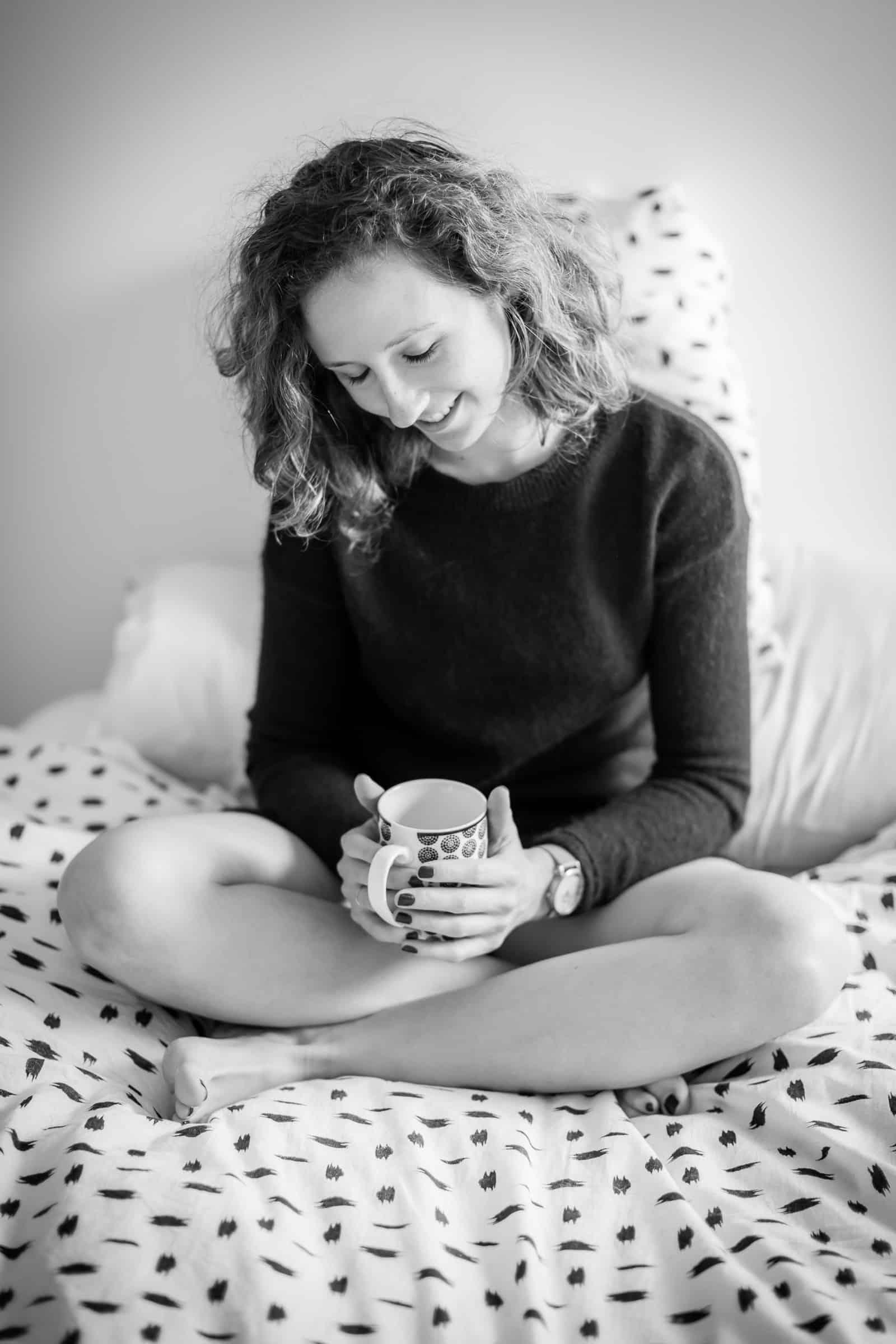 Portrait de femme buvant un café
