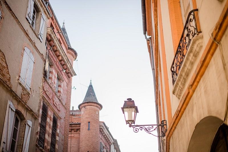 Couleurs des façades de Toulouse - Photographe mariage portrait lifestyle Toulouse