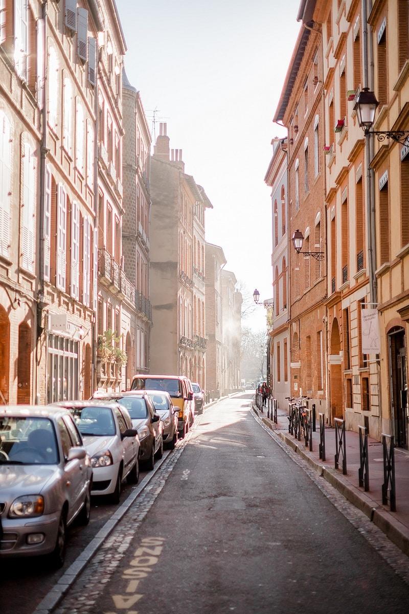 Ruelle en contre-jour - Photographe mariage portrait lifestyle Toulouse
